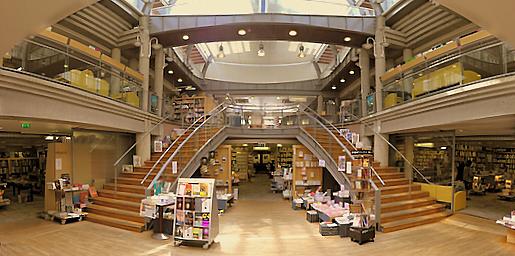 Intérieur de la librairie Dialogues, à Brest